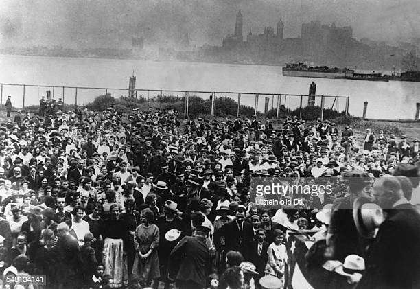 USA New York New York City Immigrants after their arrival in Ellis Island by ship 1902 Vintage property of ullstein bild