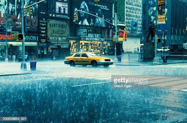 usa, new york, new york city, times square, taxi in rain - マンハッタン ストックフォトと画像