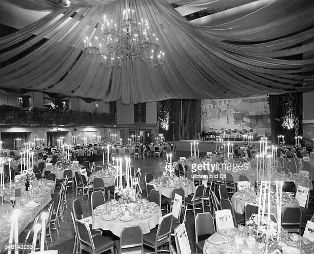 New York, New York City:: View into the ballroom of the Waldorf Astoria - 1940ies - Vintage property of ullstein bild