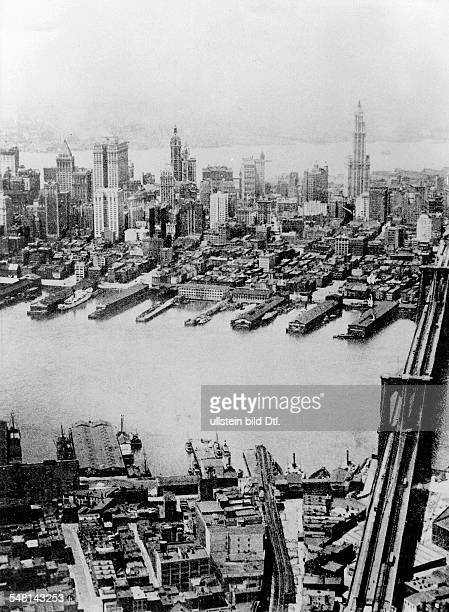 USA New York New York City View over the East River of Manhattan and Jersey in the background in the foreground Brooklyn on the right the Brooklyn...