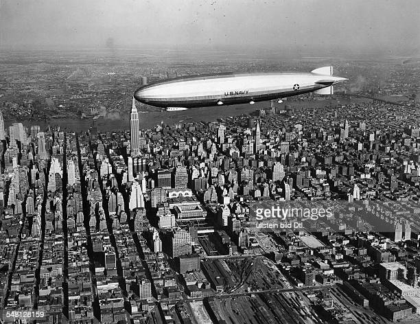 USA New York New York City Zeppelin 'Los Angeles' over Manhattan on the left off the nose of the airship is the Empire State Building October 1924...