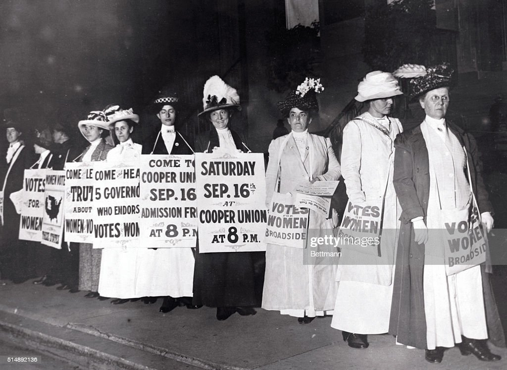 Suffragettes Marching with Signs : News Photo