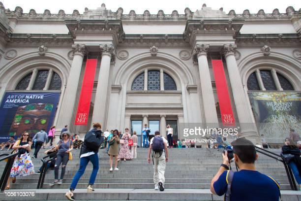 ニューヨーク、ニューヨーク: 群衆メトロポリタン美術館の手順 - met art gallery ストックフォトと画像