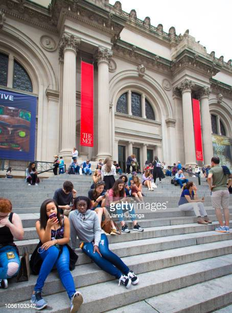 ニューヨーク、ニューヨーク: 群衆は、メトロポリタン美術館の手順で寛ぎます - met art gallery ストックフォトと画像