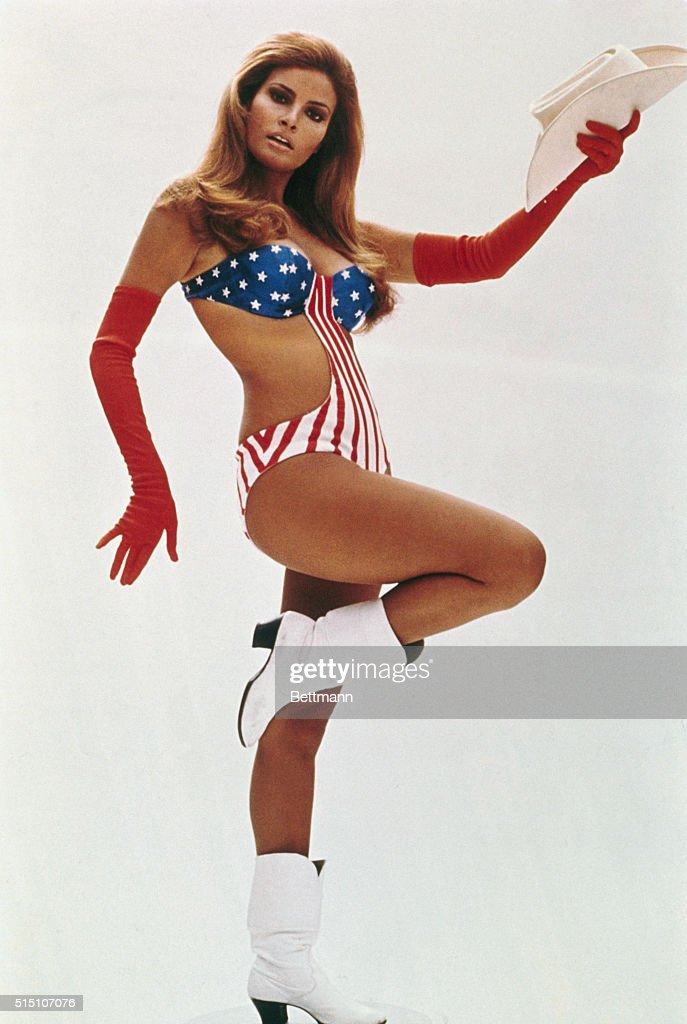 Raquel Welch Posing in Bathing Suit : Fotografía de noticias