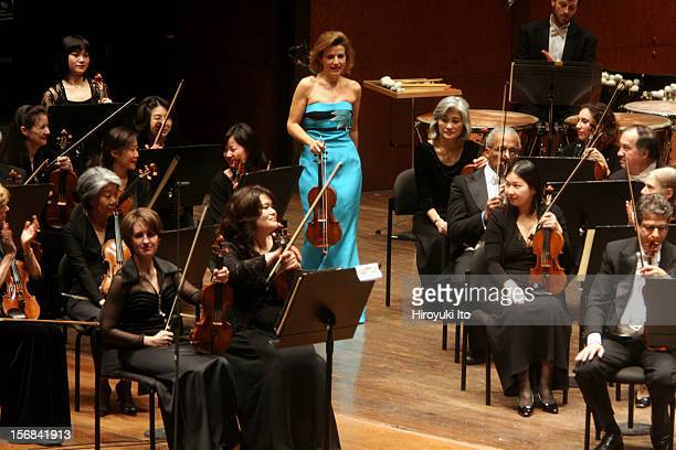 New York Philharmonic in allMendelssohn program at Avery Fisher Hall on Wednesday night February 4 2009This imageAnneSophie Mutter and members of the...