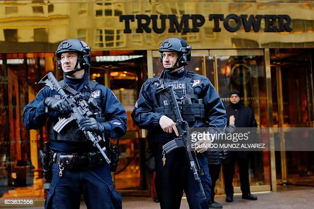 New York Police officers stand guard at the entrance of Trump Tower in New York on November 17 2016 / AFP / Eduardo Munoz Alvarez