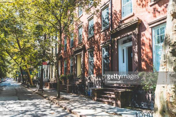 usa, new york, row of houses in brooklyn - ziegelbau stock-fotos und bilder