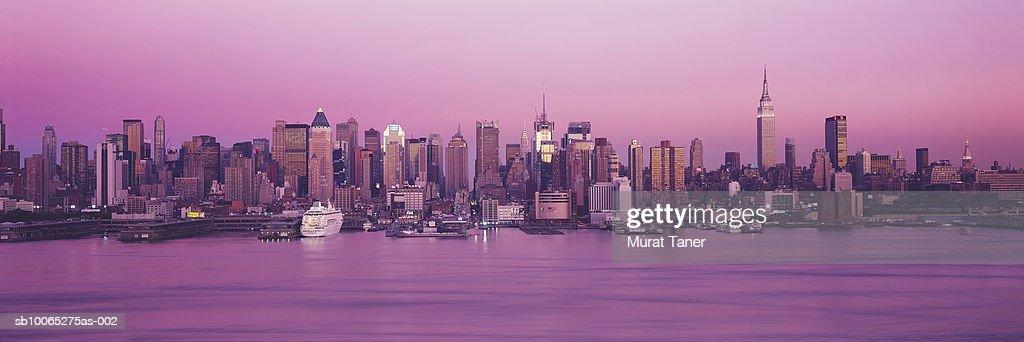 New York skyline at dusk : Foto stock