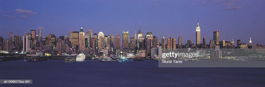New York skyline at night : Foto stock