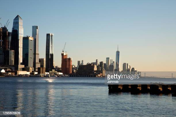 new york skyline at sunset - brooklyn new york stock pictures, royalty-free photos & images