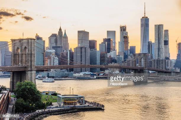 new york skyline at sunset - brooklyn bridge stock pictures, royalty-free photos & images