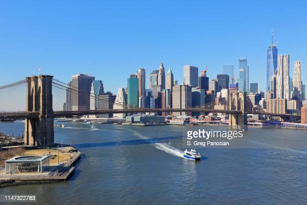 skyline di new york - ponte di brooklyn - luogo d'interesse internazionale foto e immagini stock