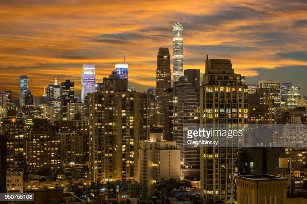 ニューヨークのスカイライン、高級マンション highrises、マンハッタン アッパー イースト サイド、鮮やかな夕焼け空とミッドタウンの小さなフット プリント背の高い塔。 - アッパーイーストサイドマンハッタン ストックフォトと画像