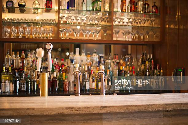 usa, new york state, new york city, empty bar - comptoir de bar photos et images de collection