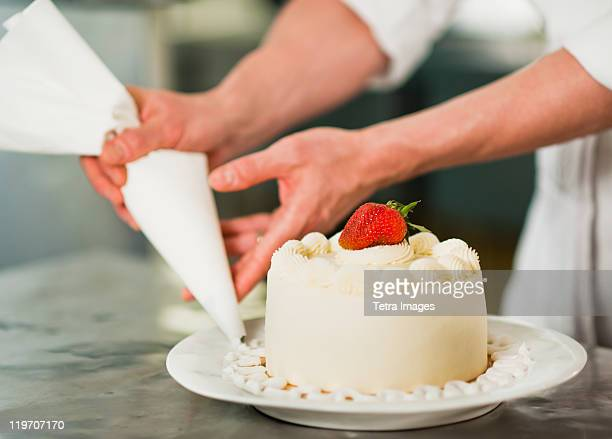 Decorating a cake stock photos and pictures getty images for Como decorar un bizcocho