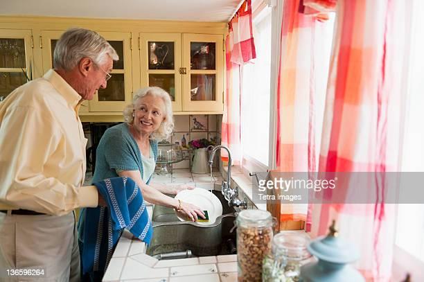 USA, New York State, Old Westbury, Senior couple washing dishes