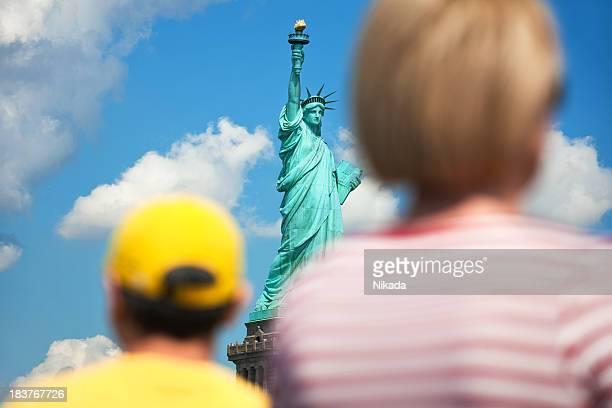 new york statue of liberty - monument stockfoto's en -beelden