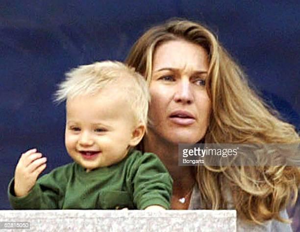 OPEN 2002 New York Steffi GRAF/GER als Zuschauerin mit ihrem Kind JADEN GIL