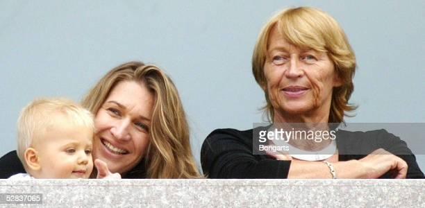 OPEN 2002 New York Steffi GRAF/GER als Zuschauerin mit ihrem Sohn Jaden Gil und Mutter Heidi