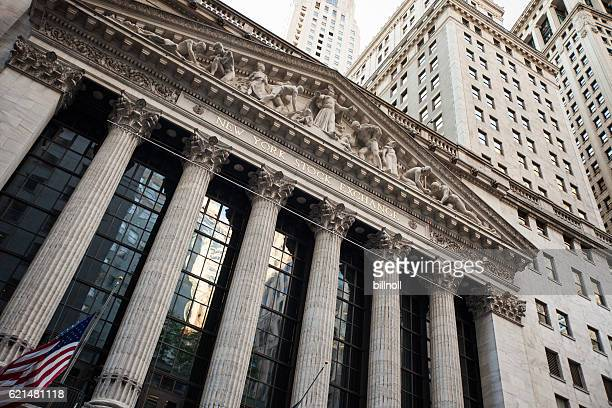 new york stock exchange building in new york city - börse new york stock-fotos und bilder