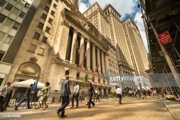 マンハッタンのウォール街にあるニューヨーク証券取引所の建物 - 国債 ストックフォトと画像