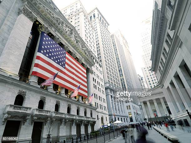 new york stock exchange on wall st. - new york stock exchange stock pictures, royalty-free photos & images