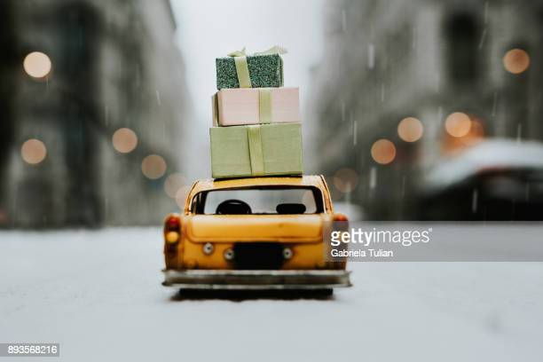new york taxi with christmas gifts on top - pere noel voiture photos et images de collection