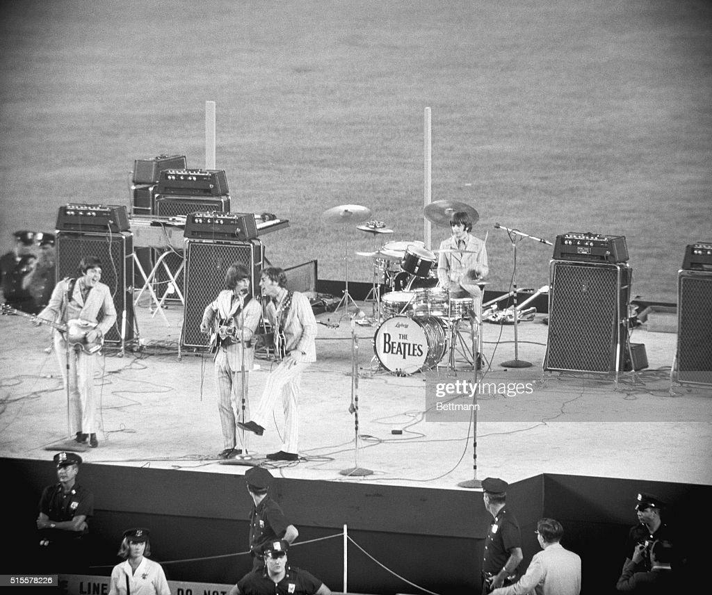 Beatles Performing at Shea Stadium : ニュース写真