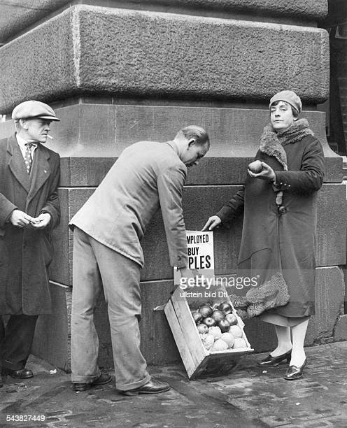 USA New York The wife of theater director Oscar Hammerstein selling apples on the Broadway 1932