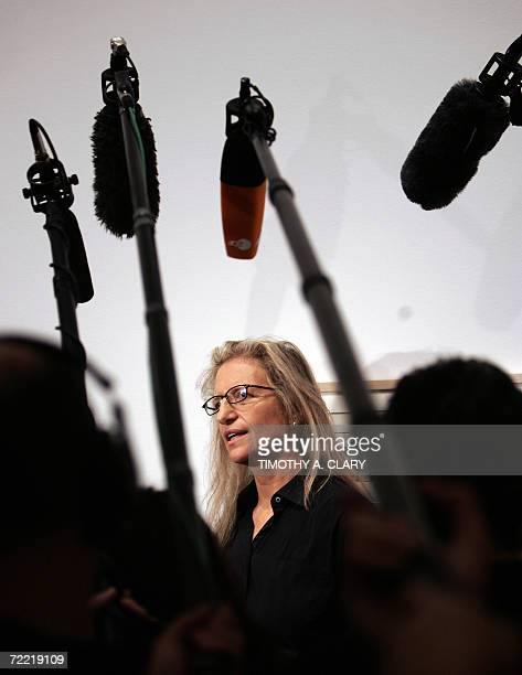 New York, UNITED STATES: Photographer Annie Leibovitz takes the press on a tour of her new exhibit at the Brooklyn Museum of Art 19 October 2006. The...