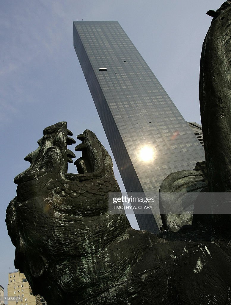 The Trump World Tower is seen behind the... : News Photo
