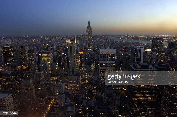 TO GO WITH AFP STORY USeconomyproperty In this 28 April 2006 file photo the Empire State Building rises out of the Manhattan skyline at twilight in...