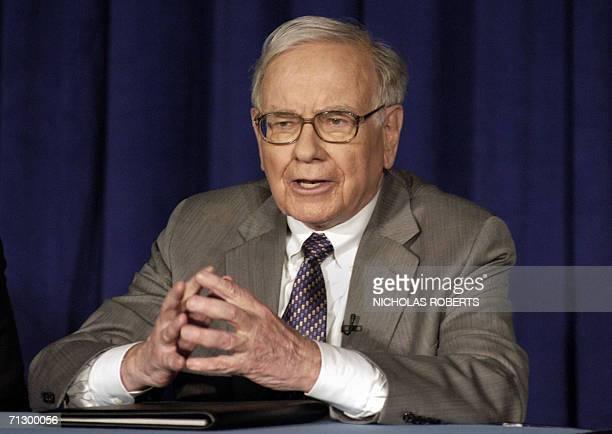 US investment guru Warren Buffett addresses a news conference 26 June 2006 in New York regarding his pledge of 10 million class B shares of Berkshire...