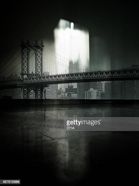 New York : ビンテージ Manhattan Bridge とそのスカイラインに投影の壁