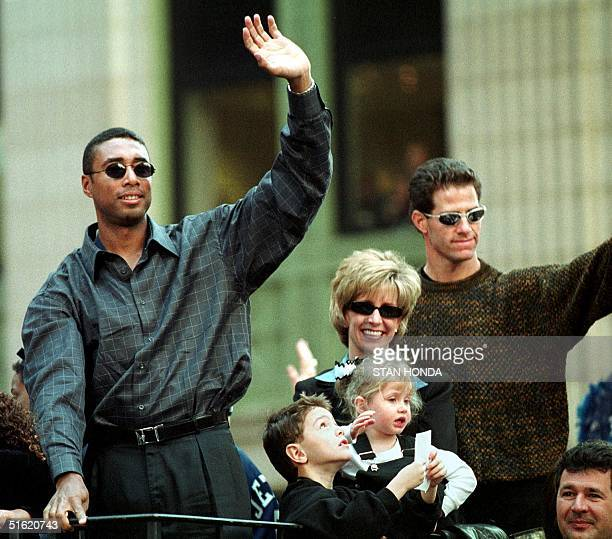 New York Yankee outfielders Bernie Williams and Paul O'Neill wave to the crowd during the World Series victory parade 29 October 1999 up Broadway in...