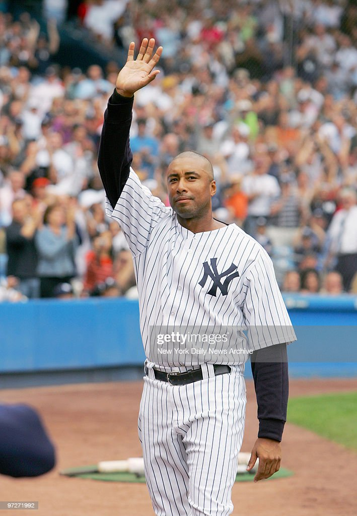 New York Yankeesu0027 Bernie Williams Waves To Fans During A Curtain Call In  The Eighth