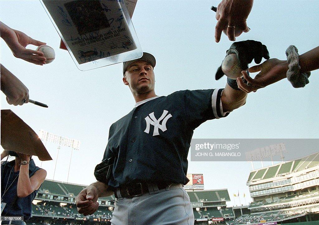 New York Yankees shortstop Derek Jeter takes time : News Photo
