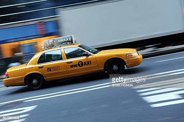 New York yellow cab taxi driving up Fifth Avenue February 28 2012 in New York AFP PHOTO/Stan HONDA / AFP / STAN HONDA