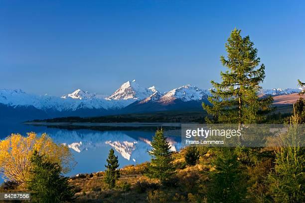 new zealand, lake pukaki and mount cook. - international landmark stock pictures, royalty-free photos & images
