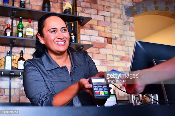 new zealand maori woman business owner - rafael ben ari foto e immagini stock