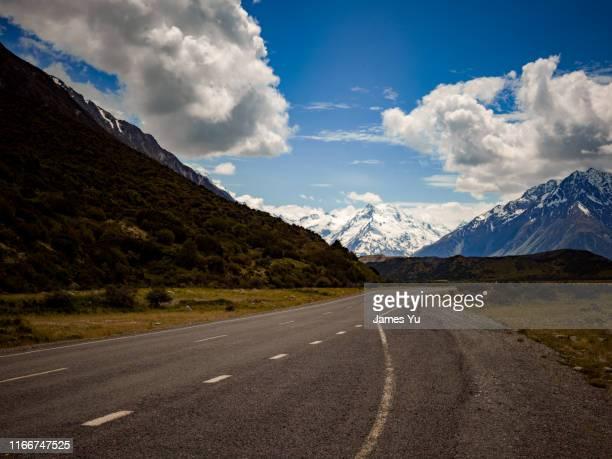 new zealand mt cook country road - alpes neozelandeses fotografías e imágenes de stock