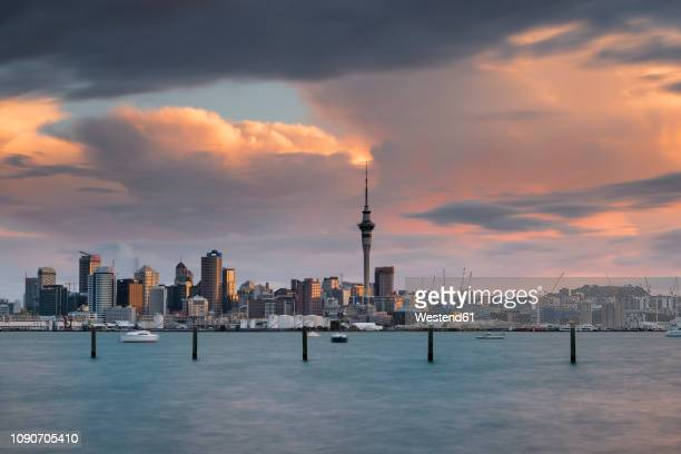 new zealand, north island, auckland, auckland skyline at dusk - auckland - fotografias e filmes do acervo