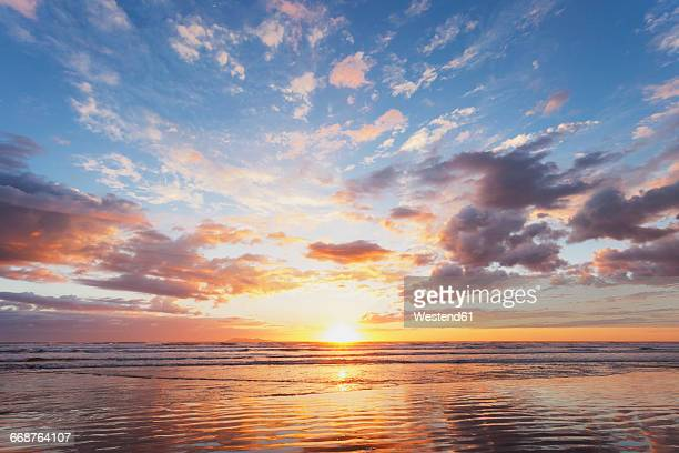 new zealand, north island, east coast sunrise, bay of plenty, waihi beach at sunrise, south pacific - zonsopgang stockfoto's en -beelden