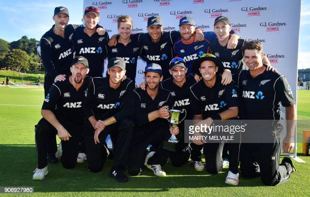 New Zealand players celebrate winning the trophy during the 5th oneday international cricket match between New Zealand and Pakistan at the Basin...