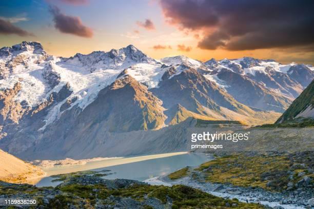 new zealand scenic mountain landscape at mount cook at summer - alpes do sul da nova zelândia - fotografias e filmes do acervo