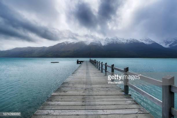 new zealand, south island, glenorchy, lake wakatipu with empty jetty - 桟橋 ストックフォトと画像