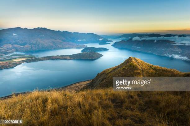 new zealand, south island, wanaka, otago, coromandel peak at sunrise - paisaje no urbano fotografías e imágenes de stock