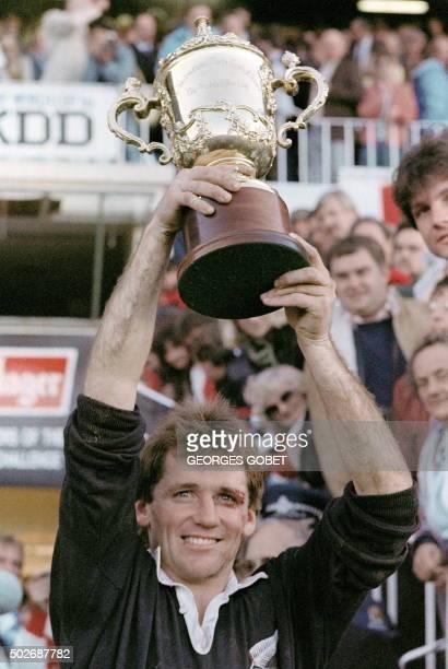 le capitaine et demi de mêlée de l'équipe de NouvelleZélande de rugby David Kirk lève la Coupe Webb Ellis le 20 juin 1987 à l'Eden Park d'Auckland...