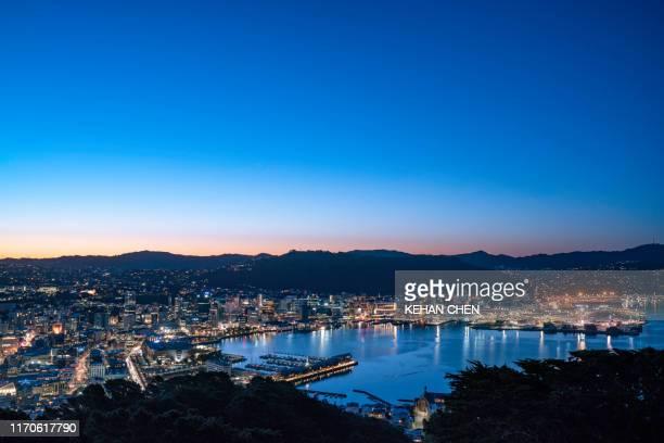 new zealand wellington sunset cityscape at night - ニュージーランド首都 ウェリントン ストックフォトと画像